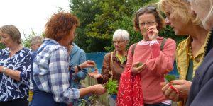 Dieneke Klompe legt bezoekers haar producten en werkwijze uit